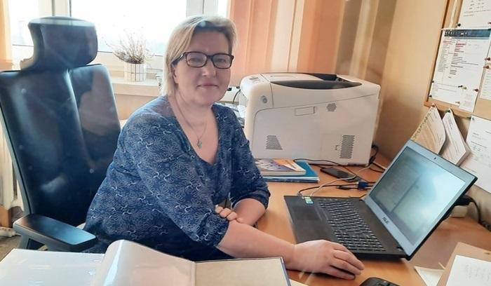 Dyrektor szkoły pani Małgorzata Bara siedzi przy biurku